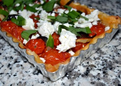 Tomattærte med oliven, feta og ramsløg…