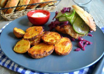 Saftig frikadelle-sandwich med rødkål og agurkesalat…