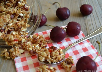 Hjemmelavet granola med kokos og kirsebær…
