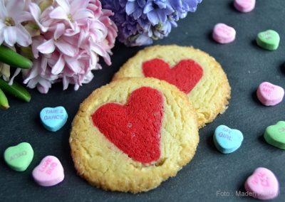 Små fine Valentins småkager med røde hjerter…