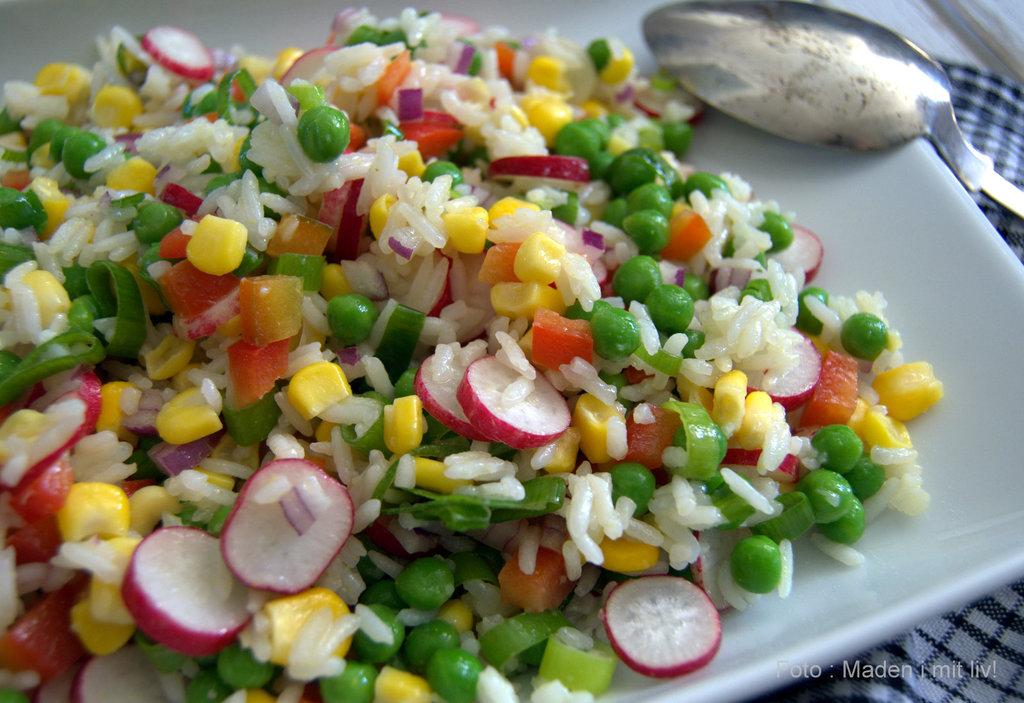 salat med blomkål og ærter