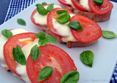 Tomat og mozzarellabrød med basilikum…
