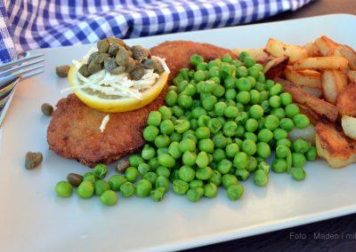 Wienerschnitzel med ærter og smørstegte kartofler…