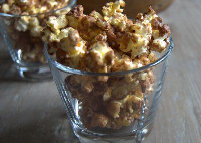 Popcorn med saltede peanuts, karamel og chokolade…
