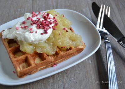 Makronvafler med æblekompot og flødeskum…