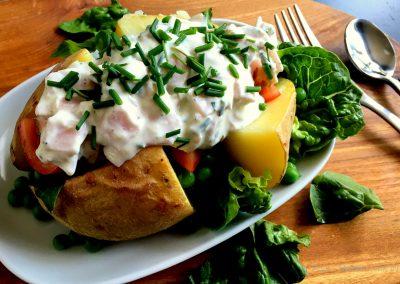 Bagte kartofler med salat og skinkefyld…