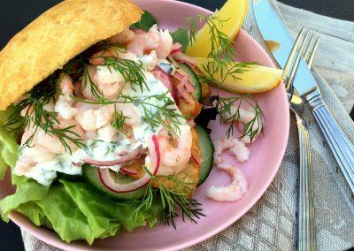 Lækker fiskeburger med krydderurtedressing…