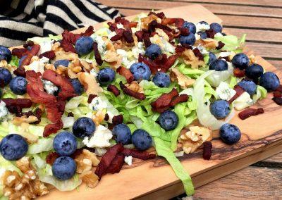 Salat med bacon, blåbær, ost og valnødder…