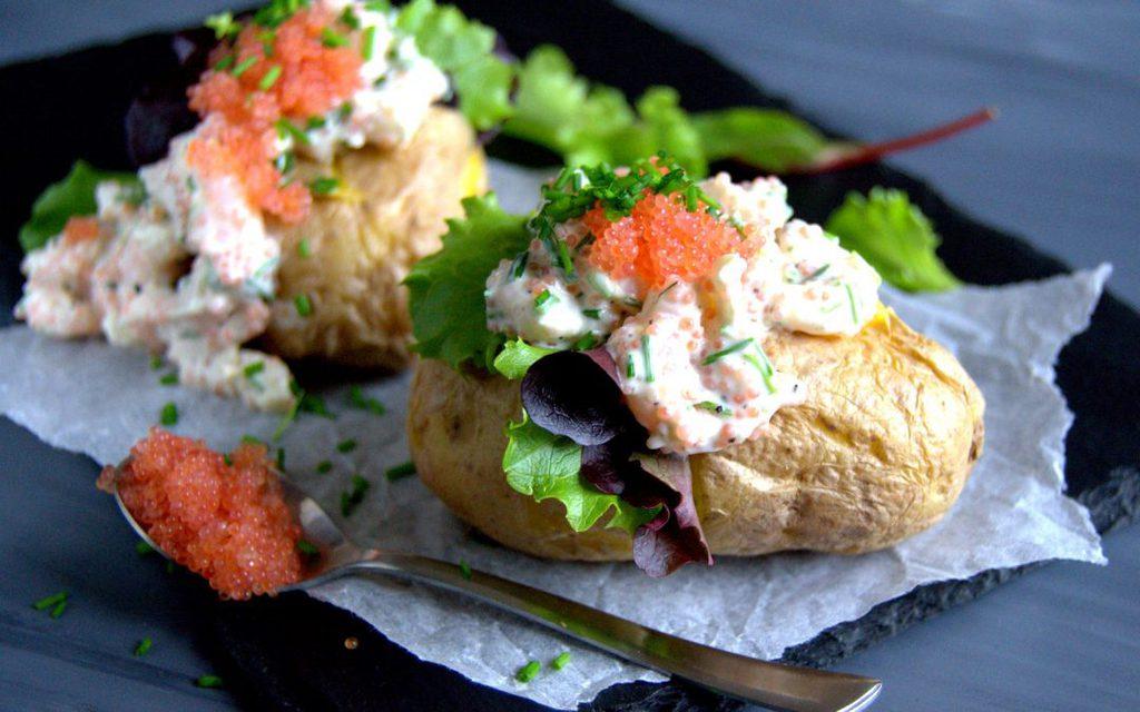 Bagte kartofler med rejesalat og stenbiderrogn…