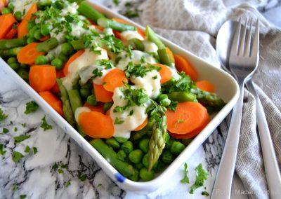 Sommergrønt med senneps-flødesauce